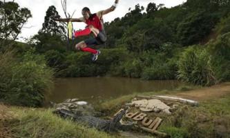 Африканський атлет перестрибнув яму з крокодилами