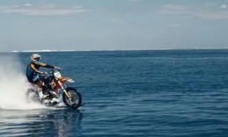 Австралієць прокотився на мотоциклі по морю, як по суші