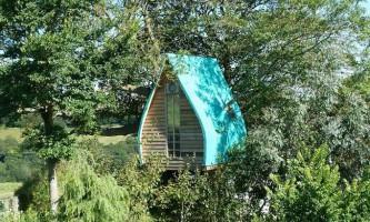 Британець перетворив казковий будиночок на дереві для дітей в затишний готель