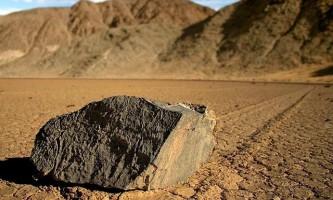 Геологи розгадали таємницю рухомих каменів долини смерті