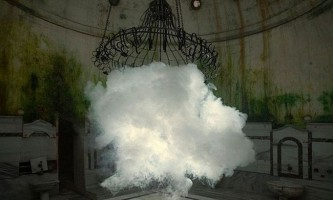 Художник створює реалістичні хмари всередині приміщень