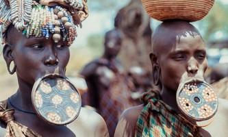 Як їдять члени племені мурсі?