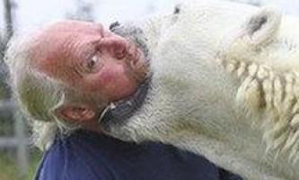 Канадець засунув голову в пащу ведмедиці