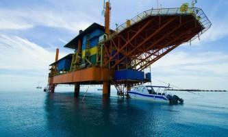 Малайзійська нафтова вишка перетворилася в комфортабельний готель для дайверів