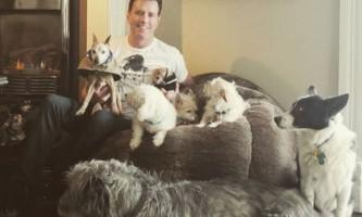 Чоловік, який живе з 10 собаками і поросям