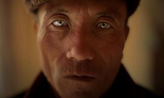 На північному заході китаю є село, в якій живуть люди з неповторними зелено-блакитними очима