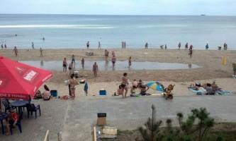 Величезна хвиля накрила відпочиваючих на пляжі в одесі