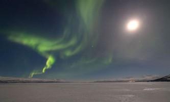 Природний сюрприз: полярне сяйво в повний місяць