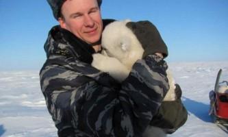Російський «ведмежий патруль» допомагає врятувати маленького білого ведмедя