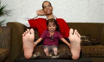 Найменша жінка в світі і володар самий великих ступень