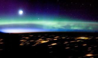 Знімки з космосу північного і південного сяйва