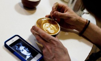 Талановитий художник малює відомі особи на кавовій пінці