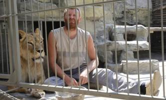 Український художник закрився в клітці з вагітною левицею