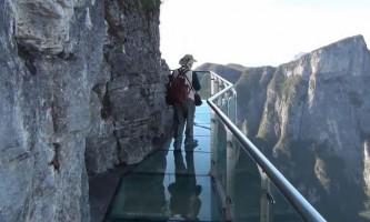 В китаї побудували новий скляний міст замість тріснутого