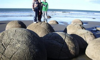 Валуни моєраки (moeraki boulders) в новій зеландії