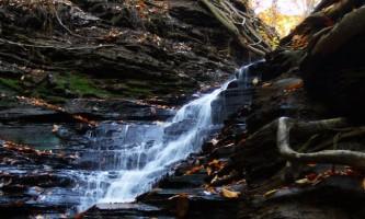 Водоспад `вічний вогонь` в нью-йоркському парку chestnut ridge