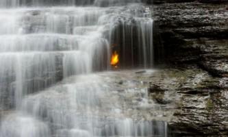 Загадка вічного вогню під водоспадом на сході штату нью-йорк