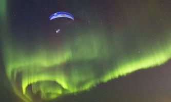 Захоплюючий політ на параплані «крізь» північне сяйво