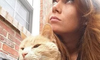 Жінка прикрашає життя невиліковно хворого кота